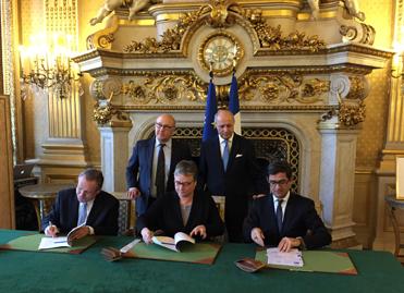 Michel Sapin et Laurent Fabius le 19 décembre lors de la cérémonie de signature d'un accord-cadre de partenariat entre l'AFP et Bpifrance.