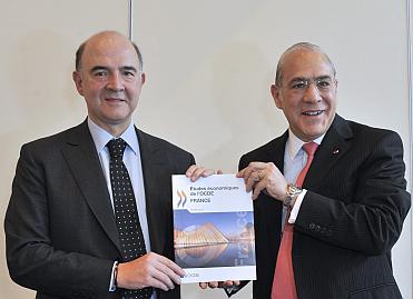 Remise de l'étude de l'OCDE au ministre de l'économie et des finances