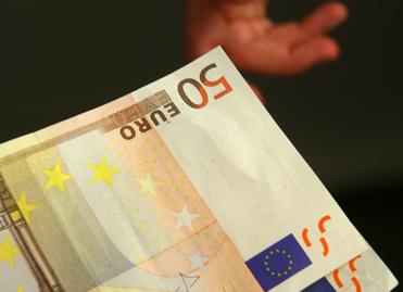 Transaction en billets (euros) - ©Parlement Européen